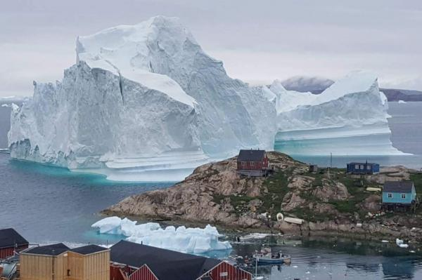 A huge glacier that came to the village of Greenland