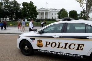 Secret-Service-questioning-man-after-drone-flies-near-White-House