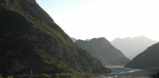Couple-swayed-from-living-off-the-grid-in-Italian-mountains