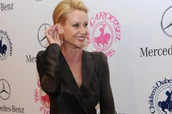 First Look at Nicollette Sheridan as Alexis Carrington on