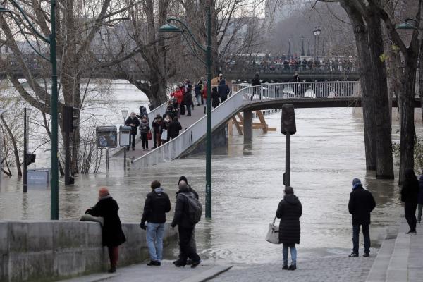Seine River reaches peak in flood-hit Paris